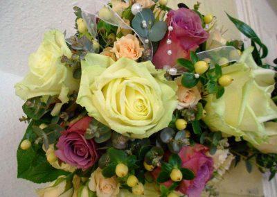 Blumenstrauß mit eingearbeiteten weißen Perlen in dezent grün und lila