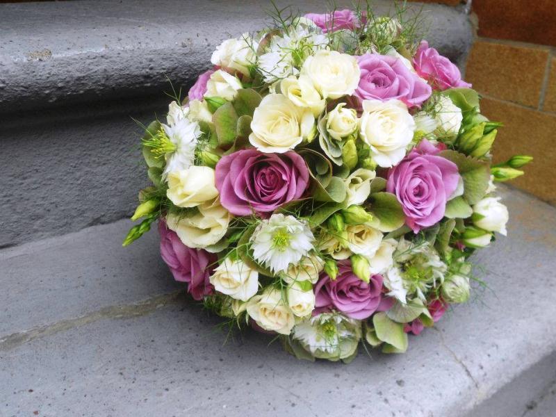 Kugeliger Blumenstrauß von der Blumenwiese Floristik Eisenach